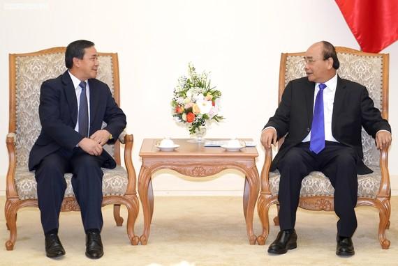 Thủ tướng Nguyễn Xuân Phúc và Đại sứ Lào Sengphet Houngboungnuang - Ảnh: VGP