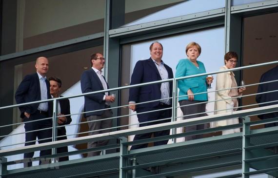 Thủ tướng Đức Angela Merkel (thứ 2, phải) cùng các lãnh đạo Liên minh Dân chủ/Xã hội Cơ đốc giáo (CDU/CSU) và đảng Dân chủ xã hội (SPD). Ảnh: AFP/TTXVN