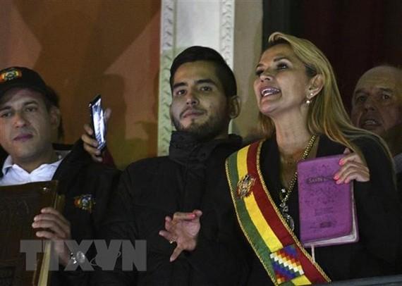 Tổng thống tạm quyền Bolivia Jeanine Anez (phải, phía trước) sau khi tuyên thệ nhậm chức tại Quốc hội ở La Paz. Ảnh: AFP/TTXVN