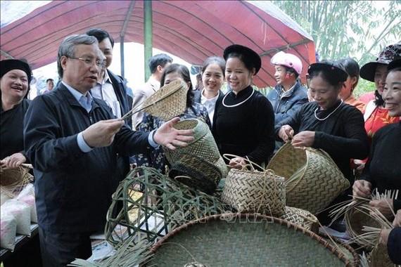 Đồng chí Trần Quốc Vượng, Ủy viên Bộ Chính trị, Thường trực Ban Bí thư tới dự Ngày hội Đại đoàn kết toàn dân tộc với nhân dân thôn Nà Tẳng