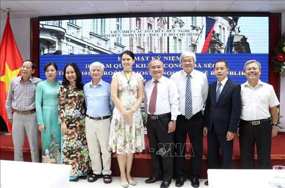 Bà Dana Eltomova, Lãnh sự Đại sứ quán Cộng hòa Czech tại Việt Nam (giữa) chụp ảnh cùng các đại biểu dự họp mặt.
