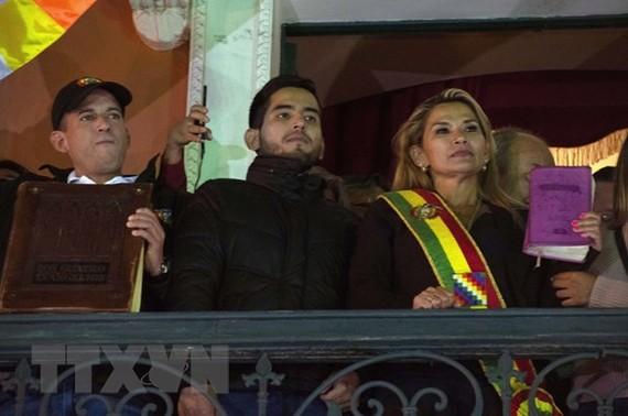 Tổng thống tạm quyền Bolivia Jeanine Anez (phải, phía trước) sau khi tuyên thệ nhậm chức tại Quốc hội ở La Paz ngày 12-11-2019. Ảnh: THX/TTXVN