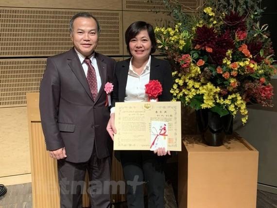 Đại sứ Việt Nam tại Nhật Bản Vũ Hồng Nam chúc mừng chị Mai Thị Ngần. Ảnh: Đào Thanh Tùng/Vietnam+