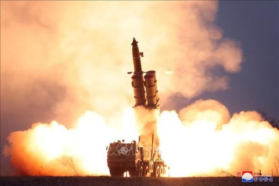 Hệ thống phóng tên lửa đa nòng siêu lớn được thử nghiệm tại khu vực bờ biển phía đông Triều Tiên ngày 28-11-2019. Ảnh: Yonhap/TTXVN