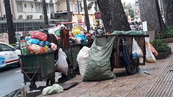 Nhiều trạm trung chuyển rác quá tải, phát sinh mùi hôi, ảnh hưởng đến chất lượng sống của người dân