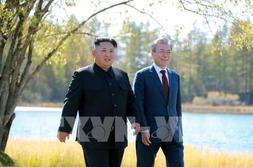 Nhà lãnh đạo Triều Tiên Kim Jong-un (trái) và Tổng thống Hàn Quốc Moon Jae-in trong chuyến thăm Samjiyon, trong khuôn khổ hội nghị thượng đỉnh liên Triều, ngày 20-9-2018. Ảnh: AFP/ TTXVN