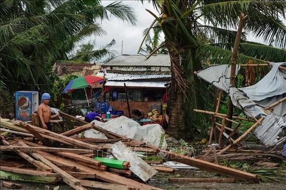 Nhà cửa bị hư hại khi bão Phanfone đổ bộ vào tỉnh Leyte, miền Trung Philippines ngày 25-12-2019. Ảnh: AFP/TTXVN