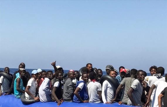 Người di cư chờ được cứu trên Địa Trung Hải. Ảnh: AFP/TTXVN