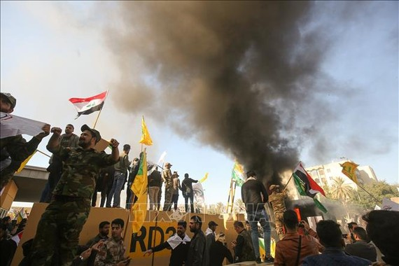 Các tay súng thuộc nhóm phiến quân Hashd al-Shaabi biểu tình bên ngoài sứ quán Mỹ ở Baghdad, Iraq ngày 31-12-2019. Ảnh: AFP/TTXVN
