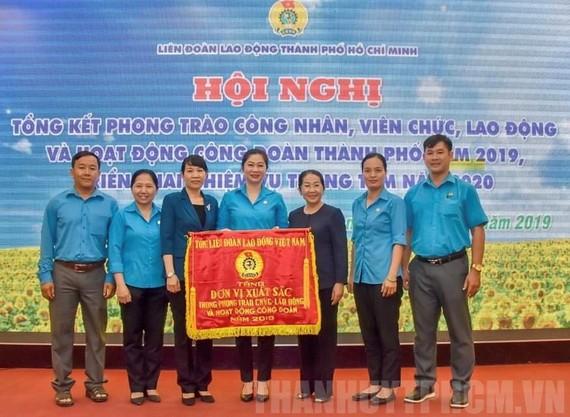 Phó Bí thư Thành ủy TPHCM Võ Thị Dung trao Cờ thi đua cho các tập thể