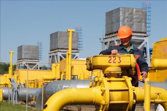 Công nhân làm việc tại cơ sở dự trữ khí đốt Bilche-Volytsko-Uherske ở gần làng Bilche, khu vực Lviv, Ukraine. Ảnh: AFP/ TTXVN