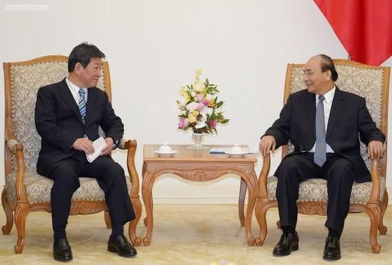 Thủ tướng Nguyễn Xuân Phúc và Bộ trưởng Ngoại giao Nhật Bản Motegi Toshimitsu. Ảnh: VGP