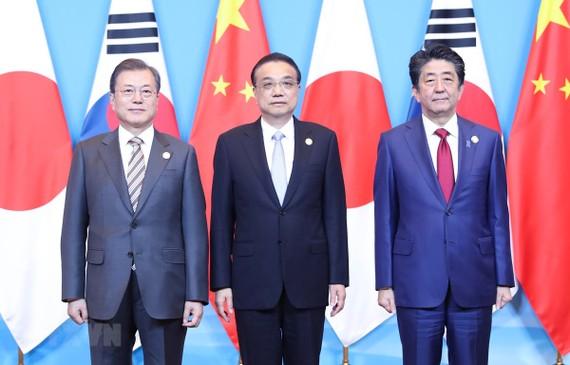 Từ trái sang: Tổng thống Hàn Quốc Moon Jae-in, Thủ tướng Trung Quốc Lý Khắc Cường và Thủ tướng Nhật Bản Shinzo Abe  tại cuộc gặp ở Thành Đô, Trung Quốc ngày 24-12-2019. Ảnh: THX/TTXVN