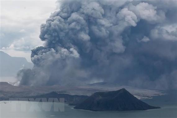 Núi lửa Taal ở Tagaytay, Philippines phun tro bụi ngày 13-1. Ảnh: THX/TTXVN