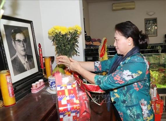 Chủ tịch Quốc hội Nguyễn Thị Kim Ngân dâng hương tưởng niệm cố Tổng Bí thư Nguyễn Văn Linh. Ảnh: TTXVN