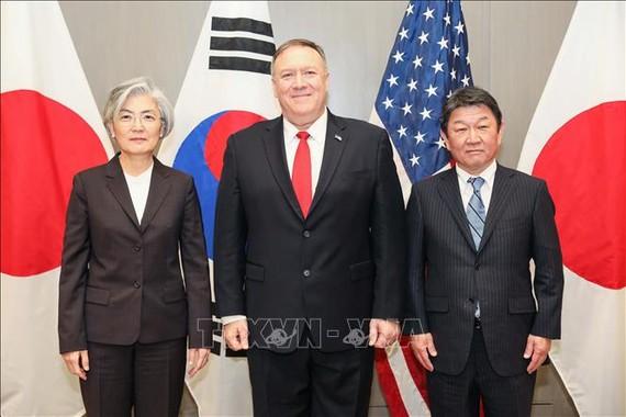 Ngoại trưởng Hàn Quốc Kang Kyung-wha cùng người đồng cấp Mỹ Mike Pompeo và Nhật Bản Toshimitsu Motegi tại cuộc gặp ở thành phố East Palo Alto, bang California, Mỹ ngày 15/1/2020. Ảnh: Yonhap/TTXVN