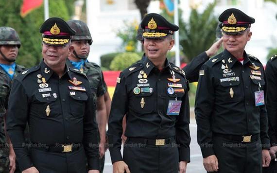 Tổng Tham mưu trưởng quân đội Thái Lan Apirat Kongsompong và các sĩ quan Thái Lan. Ảnh: Bangkok Post.