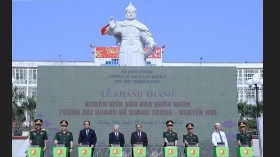 Thủ tướng Nguyễn Xuân Phúc và các đại biểu thực hiện nghi thức khánh thành. Ảnh: TTXVN