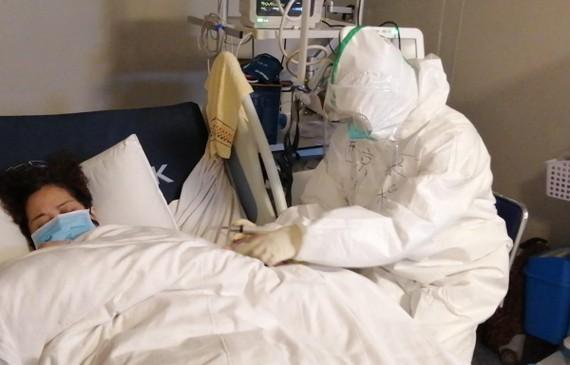 Bệnh nhân nhiễm virus corona được điều trị tại bệnh viện ở Vũ Hán, tỉnh Hồ Bắc, Trung Quốc. Ảnh: THX/ TTXVN