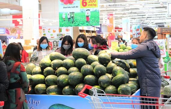 Người tiêu dùng thủ đô nhiệt tình ủng hộ mua dưa hấu tại siêu thị. Ảnh: Văn Phúc