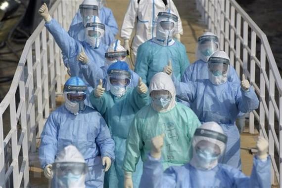 Nhân viên y tế làm việc tại khoa cách ly điều trị cho bệnh nhân nhiễm virus corona của bệnh viện Hỏa Thần Sơn ở Vũ Hán, tỉnh Hồ Bắc, Trung Quốc. Ảnh: THX/TTXVN