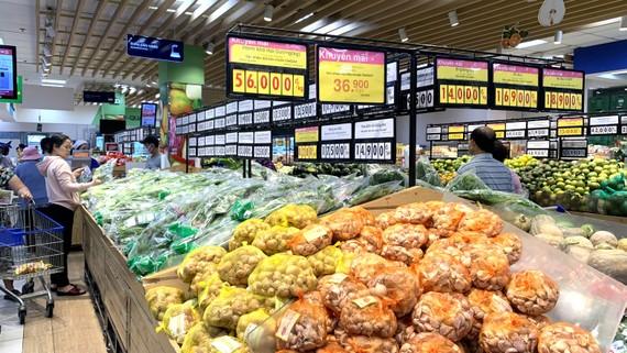 Nhiều hàng hóa thiết yếu đang được giảm giá sâu  tại siêu thị Co.opmart Lý Thường Kiệt