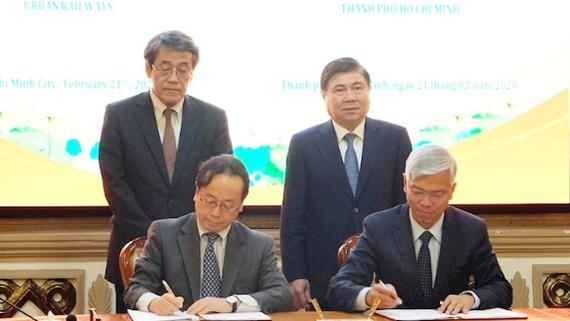 Chủ tịch UBND TPHCM Nguyễn Thành Phong và Đại sứ Umeda Kunio chứng kiến lễ ký kết