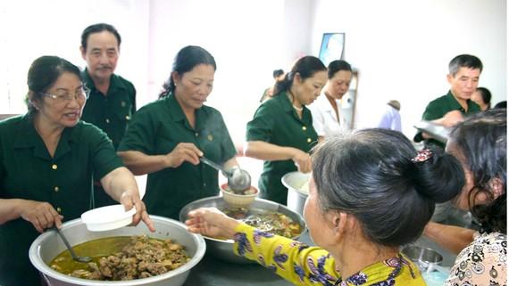 Các cựu TNXP phát cơm cho người nhà nuôi bệnh nhân điều trị  tại Bệnh viện Đa khoa thị xã Phước Long