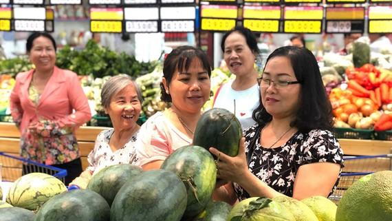 Chọn mua dưa hấu tại siêu thị