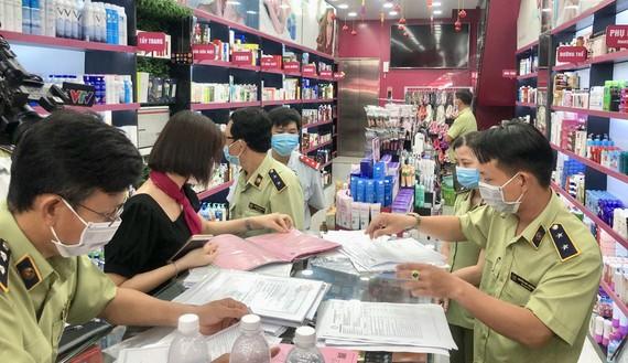 Lực lượng chuyên trách kiểm tra một cơ sở nghi kinh doanh mỹ phẩm giả mạo tại TPHCM