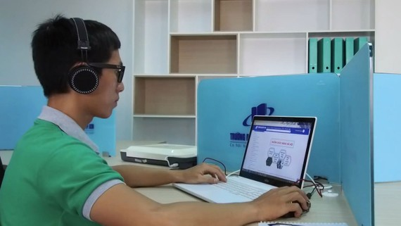 Giảng viên Trường Đại học trao đổi trực tuyến, giải đáp cho sinh viên