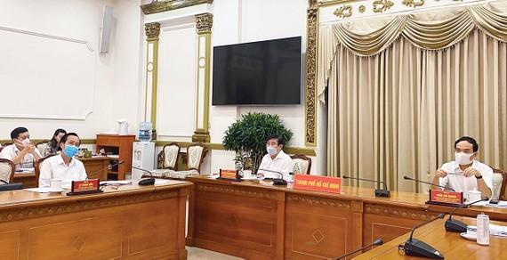 Phó Bí thư Thường trực Thành ủy TPHCM Trần Lưu Quang  và Chủ tịch UBND TPHCM Nguyễn Thành Phong chủ trì cuộc họp giao ban. Ảnh: TTBC TPHCM
