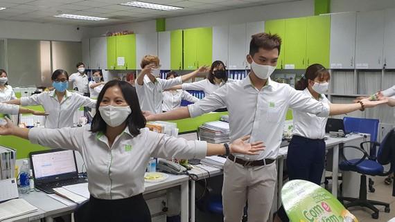 Nhân viên Công ty cổ phần Sài Gòn Food vui thích với bài tập thể dục giữa giờ