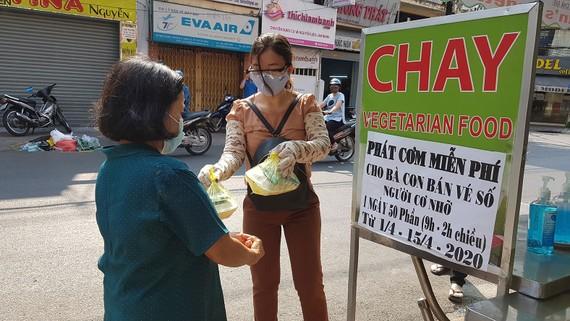 Quán chay Bình An phát cơm, mì gói giúp người lao động nghèo