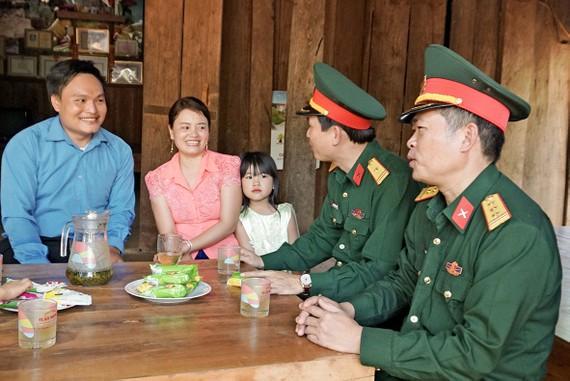 Nụ cười hạnh phúc của vợ chồng anh Quách Công Quản và chị Đào Thị Hoài (thôn 6, xã Ia Dal)