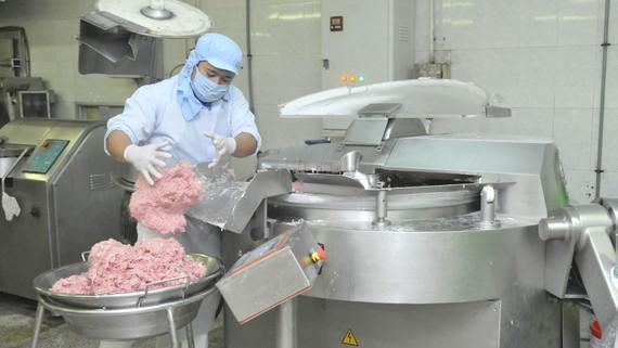 Chế biến thực phẩm tại Xí nghiệp Nam Phong. Ảnh: CAO THĂNG