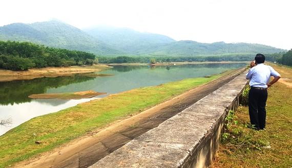 Khả năng chống hạn của nhiều hồ chứa nhỏ ở huyện Phù Mỹ (Bình Định) còn kém. Ảnh: NGỌC OAI