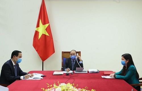 Thủ tướng Nguyễn Xuân Phúc điện đàm với Tổng thống Hàn Quốc Moon Jae-in - Ảnh: VGP