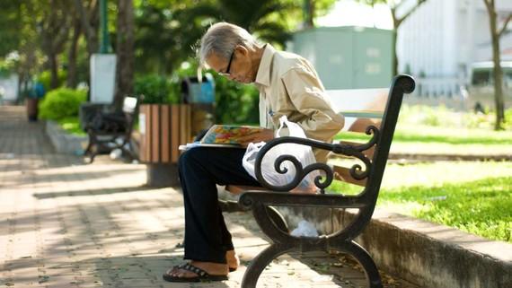 Người già luôn cần sự chia sẻ từ một nửa còn lại. Ảnh: NGUYỄN CHÍ THẠCH