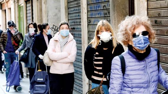 Người dân xếp hàng mua thực phẩm ở Venice, Italy