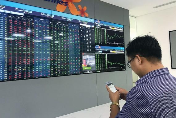 Nhà đầu tư theo dõi giá cổ phiếu. Ảnh: CAO THĂNG
