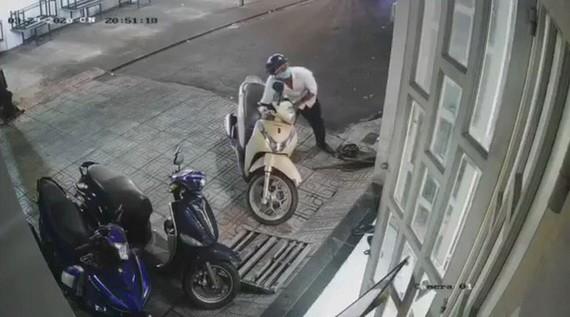 Camera ghi lại hình ảnh kẻ gian lấy trộm xe của anh Võ Thành Toàn