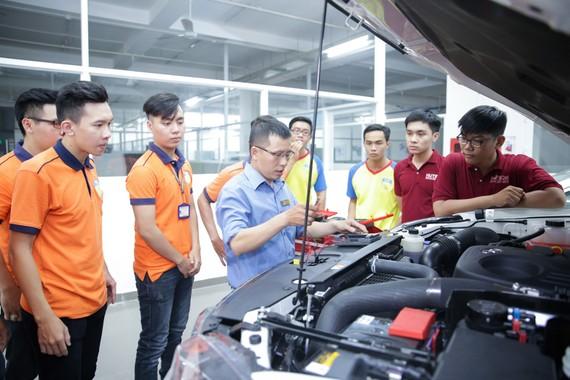 Sinh viên Trường ĐH Công nghệ TPHCM trong giờ học thực hành tại xưởng ô tô