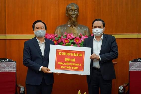 Ông Trần Thanh Mẫn, Chủ tịch UBTWMTTQ Việt Nam tiếp nhận ủng hộ từ Bộ trưởng Bộ GDĐT Phùng Xuân Nhạ