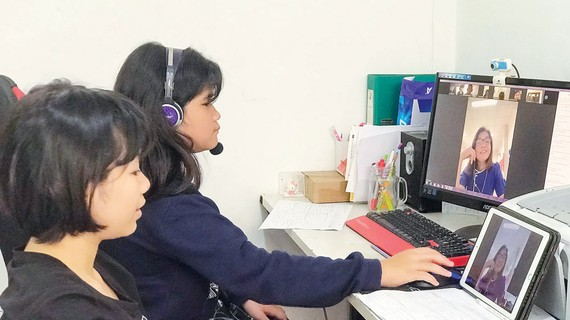 Chị em Hoàng Hà  và Ái Linh (lớp 5 Trường Tiểu học Hồng Ngọc - Ruby School,  quận Tân Phú, TPHCM) học trực tuyến tại nhà. Ảnh: HUỲNH NGA