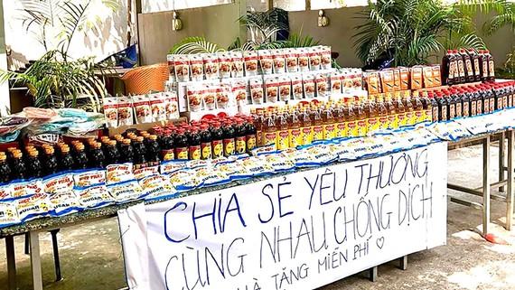 Tại TPHCM có nhiều điểm phát nhu yếu phẩm miễn phí  trợ giúp người  nghèo (ảnh chụp tại đường Trương Văn Hải, quận 9)