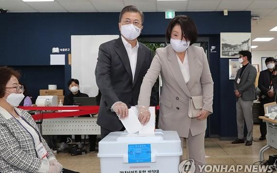 Tổng thống Hàn Quốc Moon Jae In  và phu nhân bỏ phiếu tại một điểm bầu cử ở thủ đô Seoul. Ảnh: Yonhap News