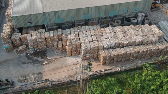 Kho nguyên liệu giấy phế phẩm để sản xuất tại Nhà máy giấy Xuân Mai, huyện Nhà Bè, TPHCM (ảnh chụp sáng 10-4). Ảnh: CAO THĂNG