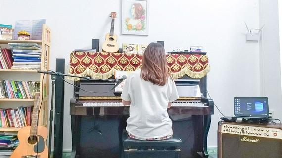 Một buổi học piano trực tuyến