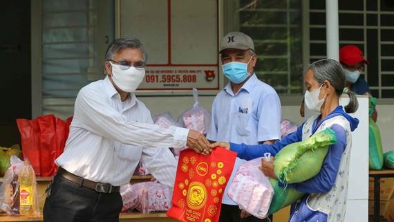 Người dân nhận quà hỗ trợ tại trụ sở Khu phố 8, phường 5, quận Gò Vấp, TPHCM. Ảnh: DŨNG PHƯƠNG